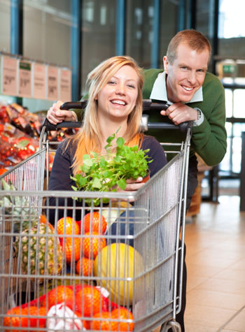 clean eating 3 couple shopping